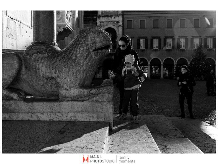 Progetto di fotografia documentaria: I Rari. Giocando con i leoni in Piazza Grande a Modena.