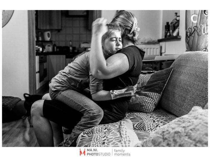 Progetto di fotografia documentaria: I Rari. Un momento di tenerezza tra madre e figlia.