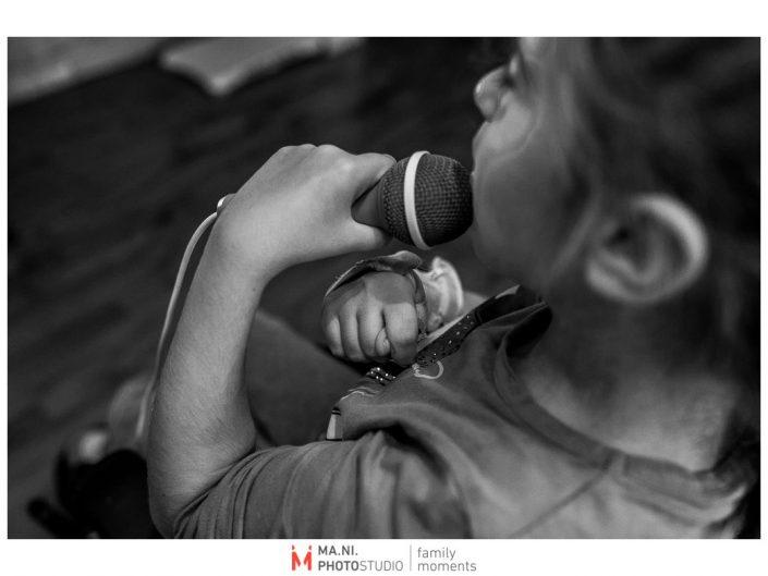 Progetto di fotografia documentaria: I Rari. giocando al karaoke.