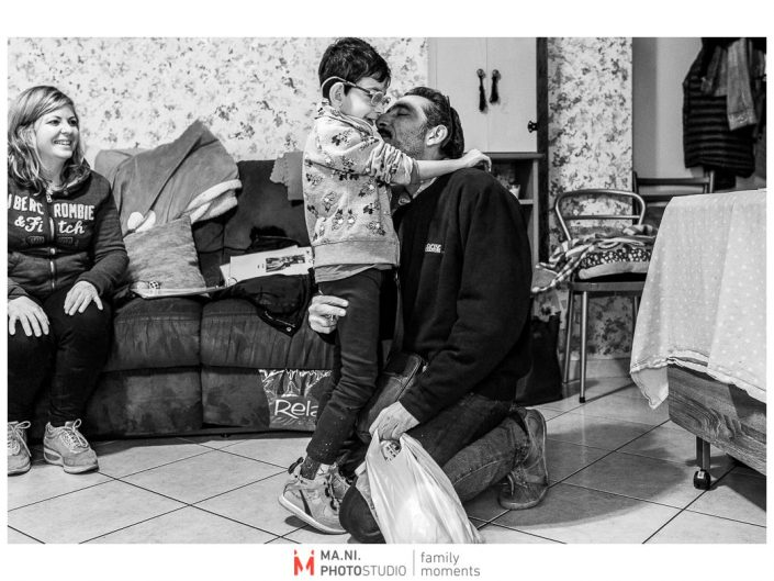 Progetto di fotografia documentaria: I Rari. Il papà viene accolto con un abbraccio al ritorno dal lavoro.