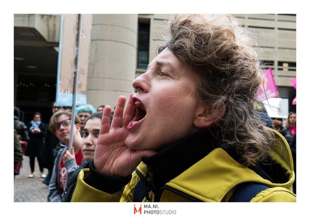 donna attivista durante il presidio per legge regionale contro l'omotransfobia a Bologna