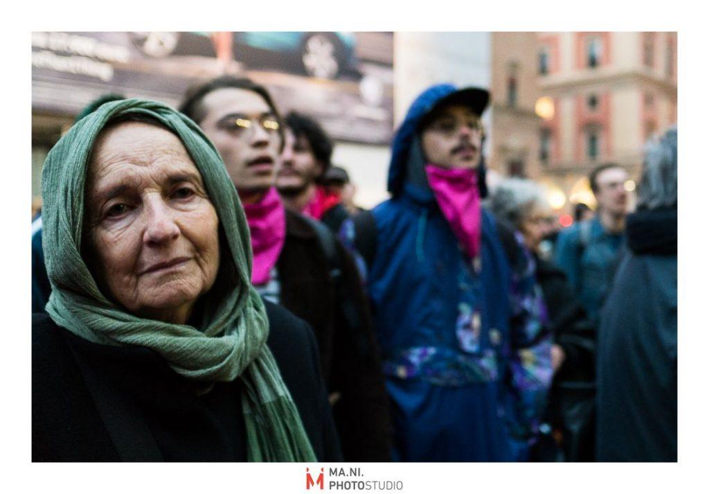 donnna durante Presidio per legge regionale contro l'omotransfobia a Bologna