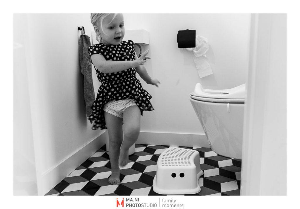 Bimba usa il bagno da sola