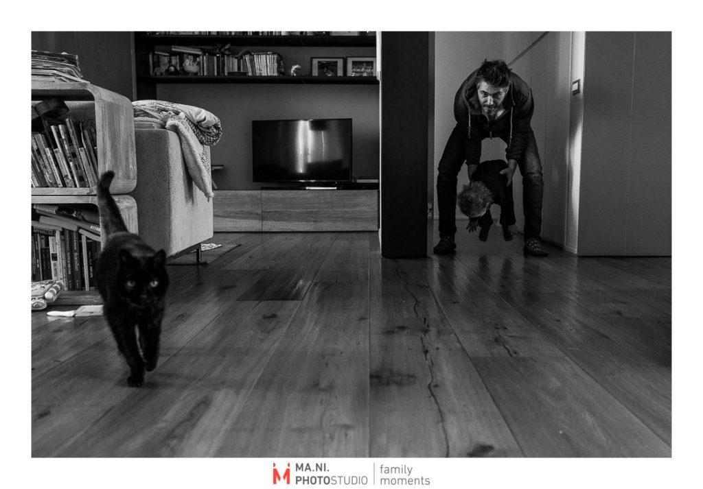 Padre, figlio e un gatto giocano insieme