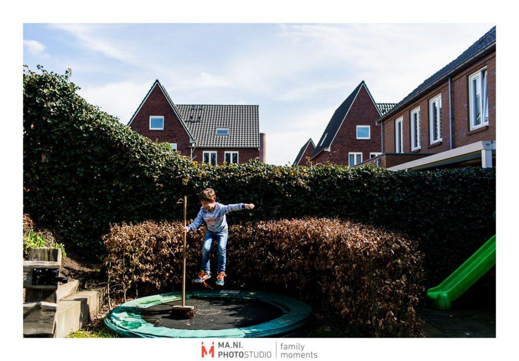 Bimbo salta sul trampolino con una scopa in mano