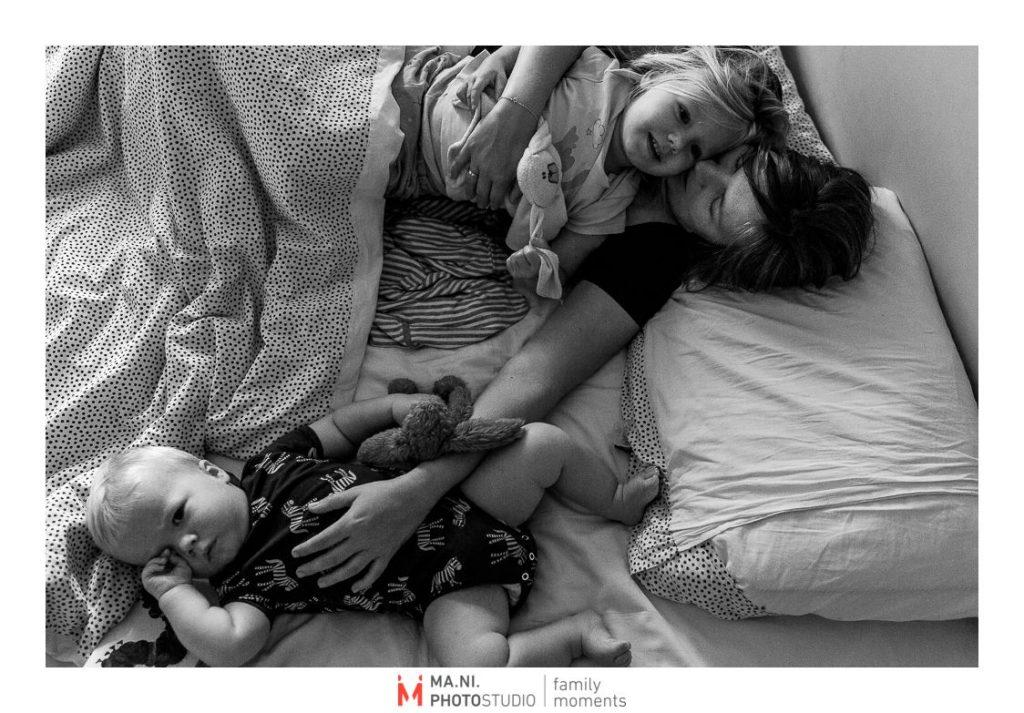 La madre si sveglia con i suoi due figli nel lettone