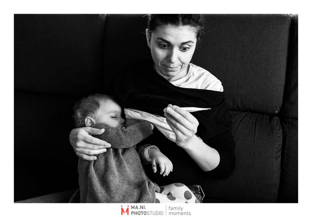 La madre che misura la febbre alta della figlia