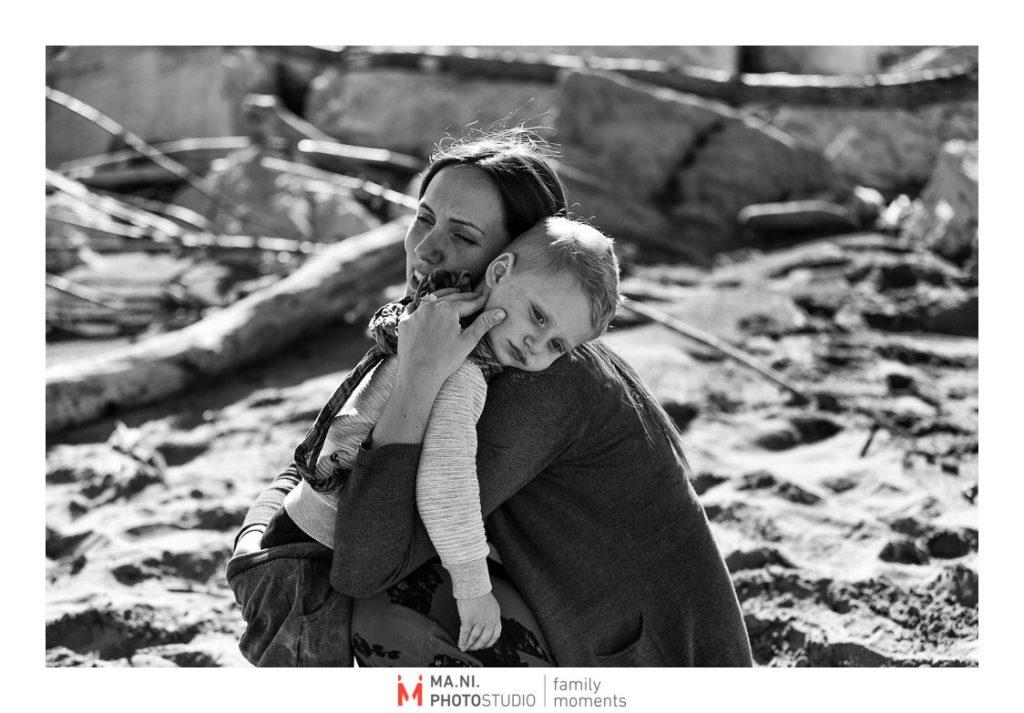 La madre consola il figlio stanco