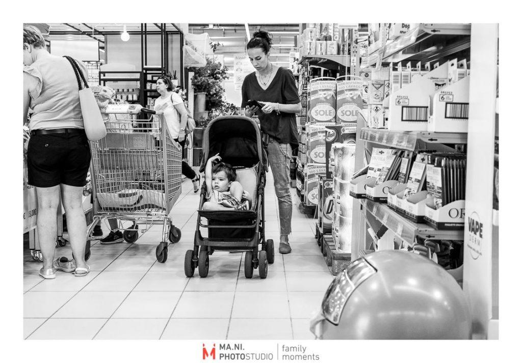 Madre e figlio fanno la spesa al supermercato