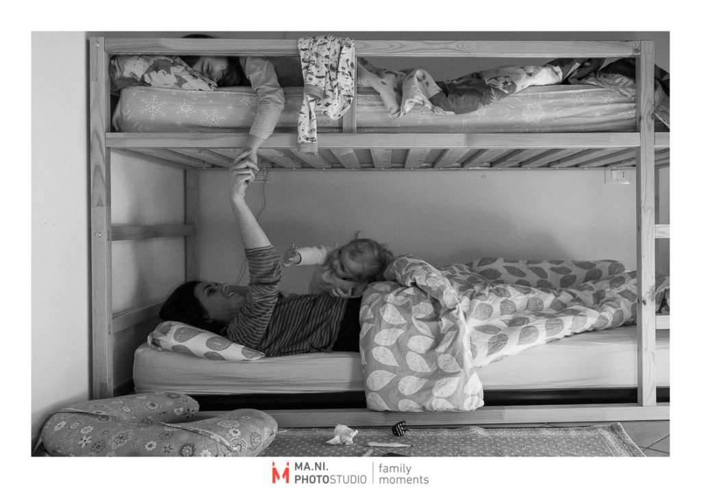 la madre si svegli accanto alle sue figlie