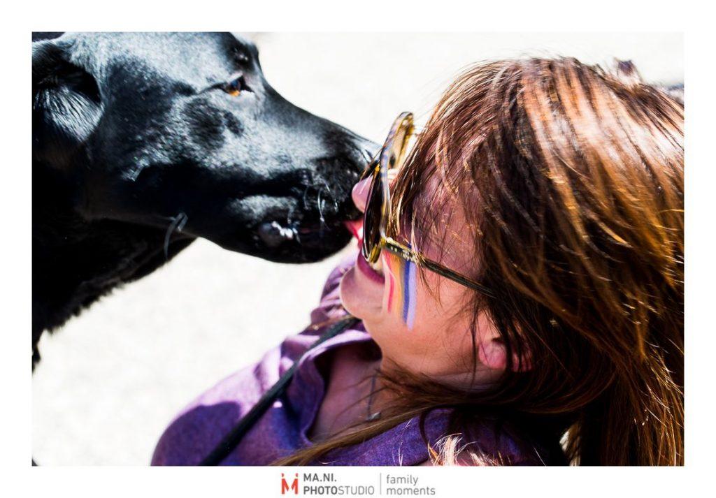 un cane bacia la sua umana