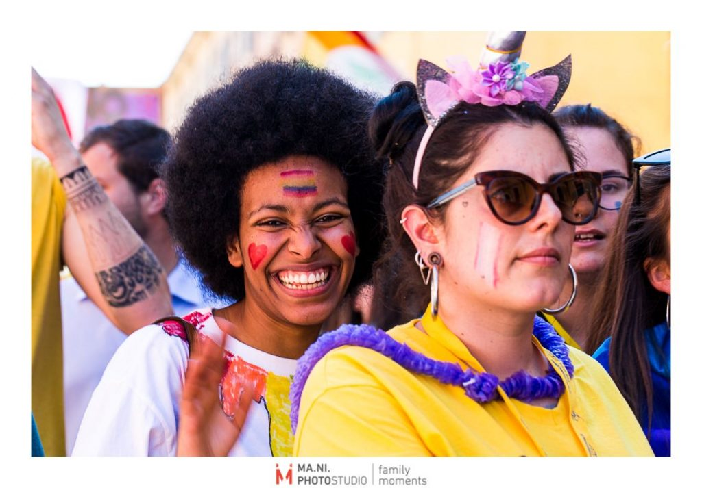 Due ragazze durante il Modena Gay Pride