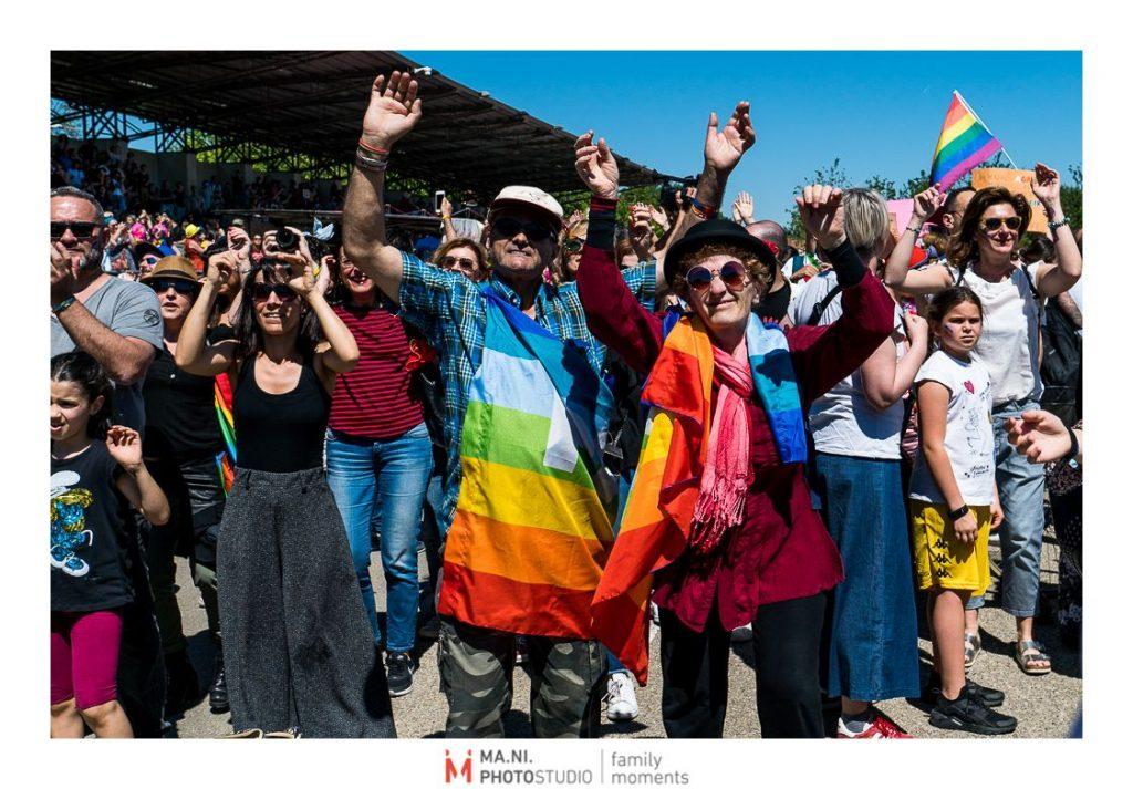persone durante il gay pride