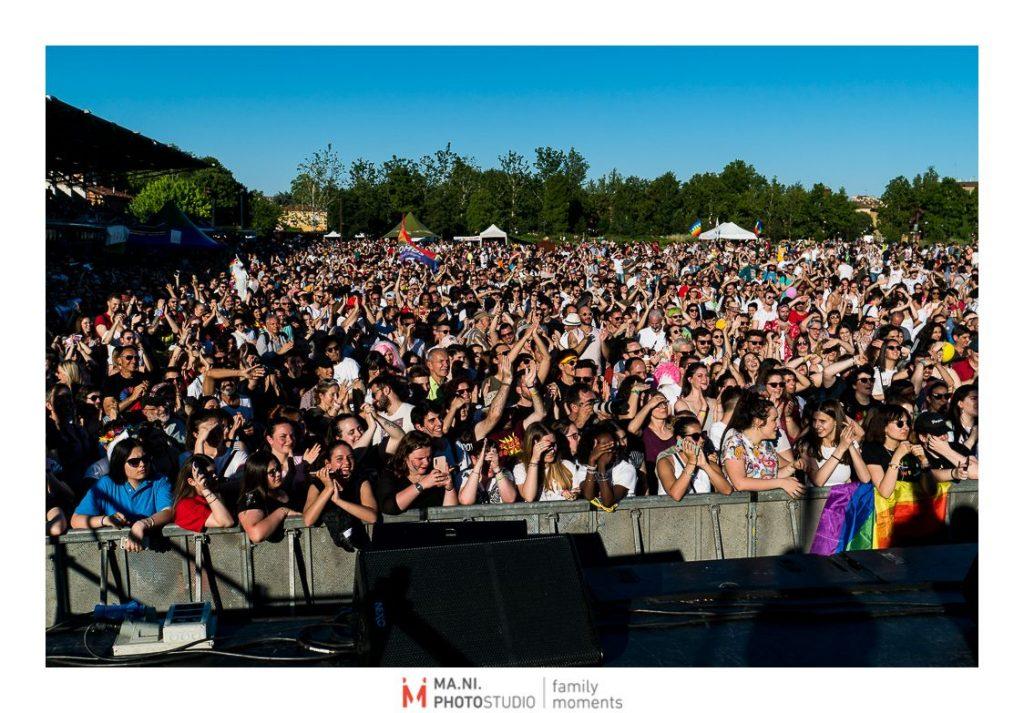 25000 persone che assistono al gay pride
