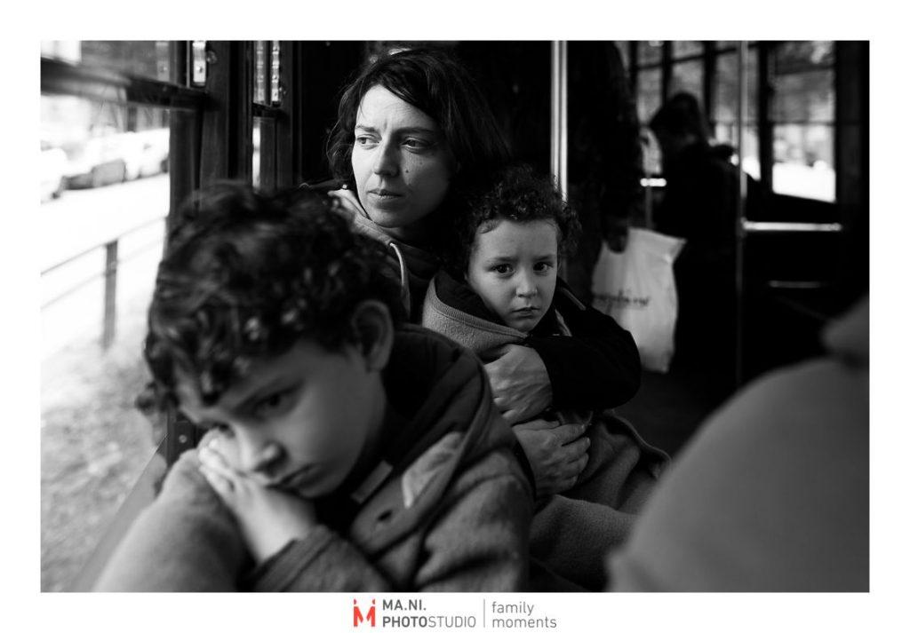 Ritrattio di una madre con i suoi due figli sul tram a milano