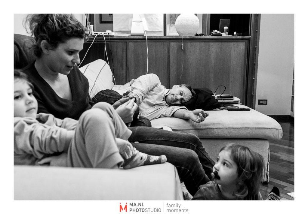 il padre fa un pisolino mentre la madre gioca con le figlie