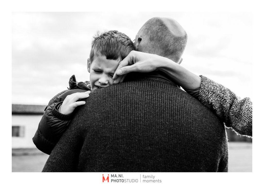 quando cadi e devi essere consolato sia dal papà che dalla mamma