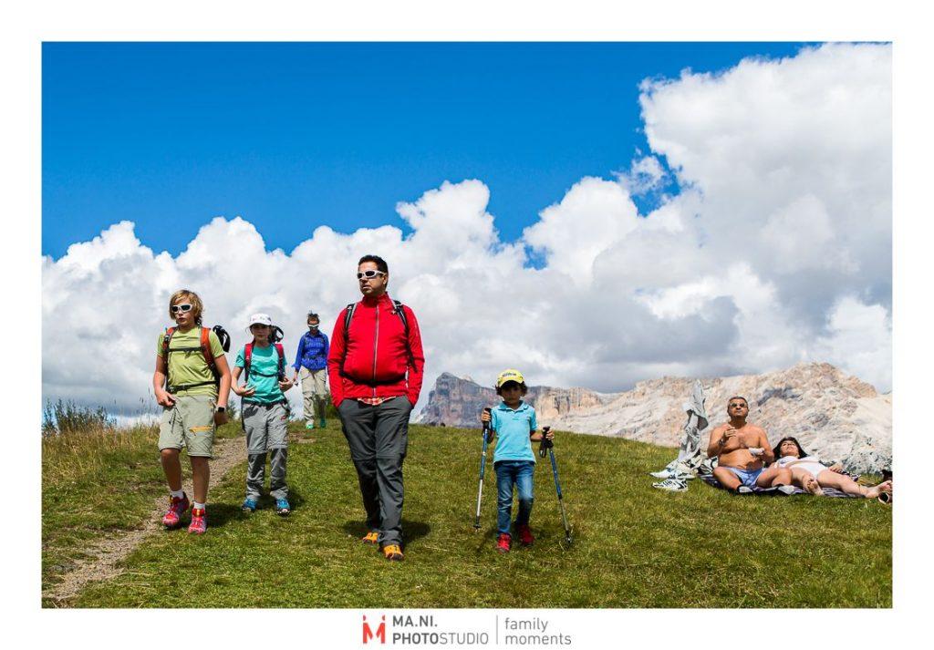 Una famiglia fa una passeggiata sulle Dolomiti
