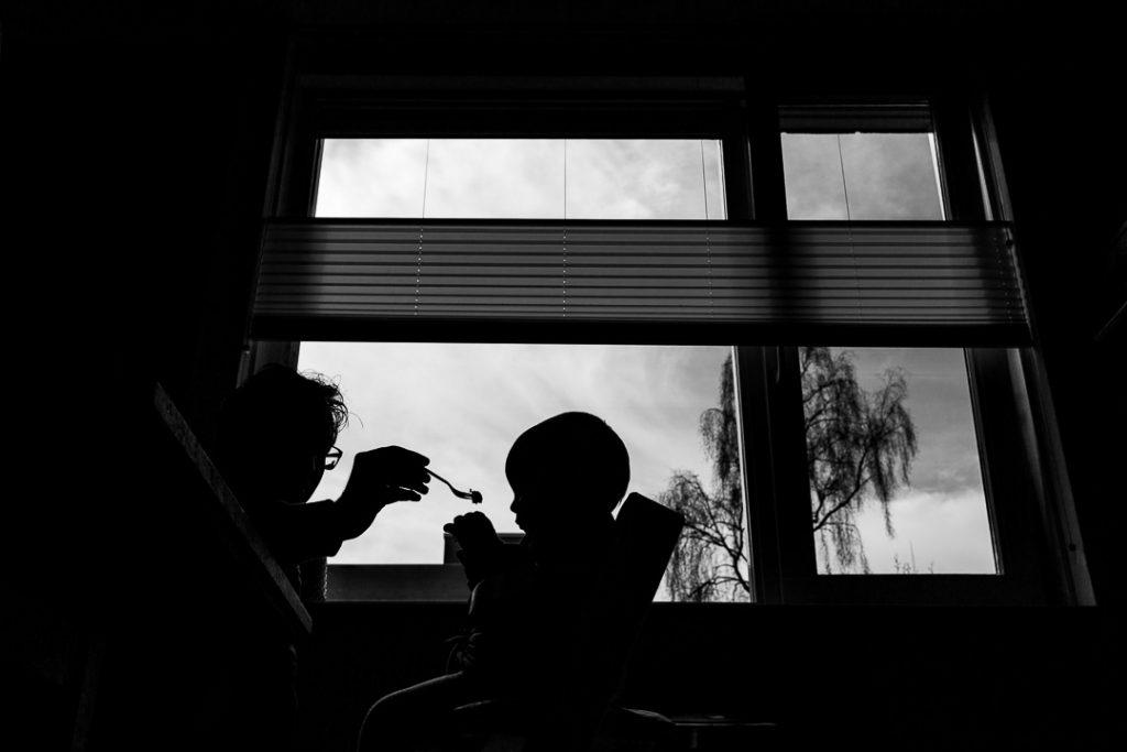 Padre e figlia di profilo facendo merenda
