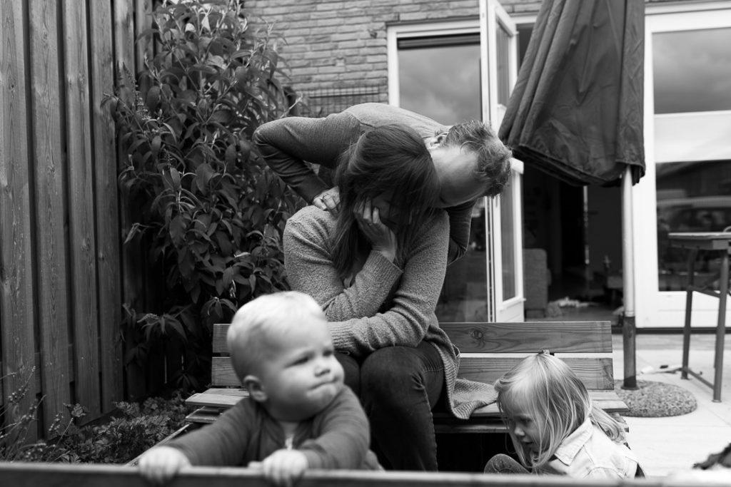 Il ritratto di famiglia nella fotografia documentaria coglie i momenti di tenerezza in modo spontaneo