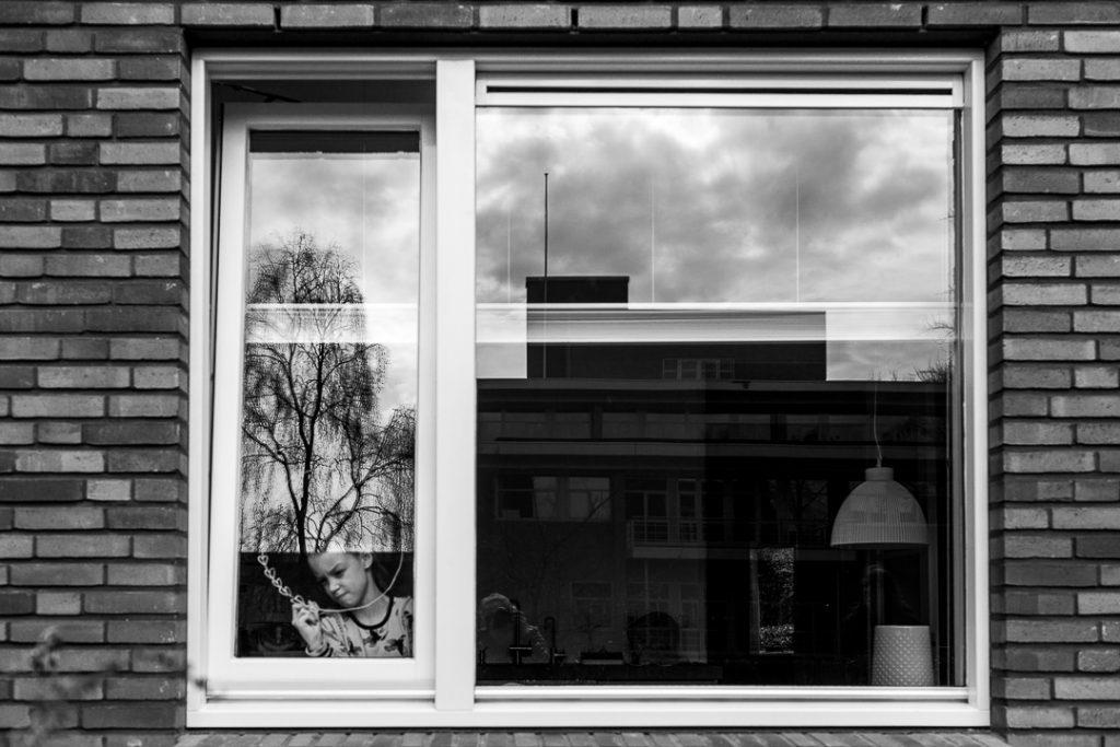 Ragazza decora le finestre con disegni