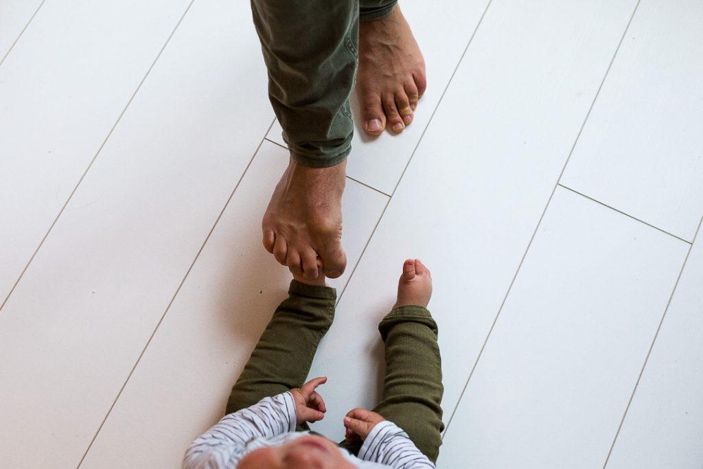 dettaglio di come padre e figlio vestano uguale