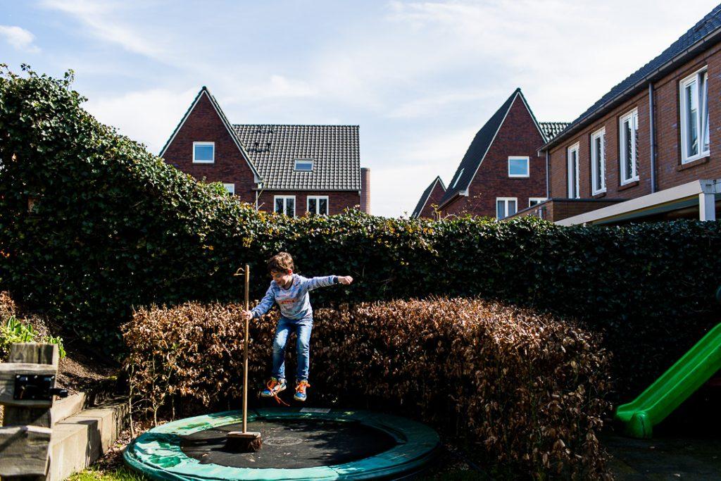 Saltare sul trampolino con l'aiuto della scopa