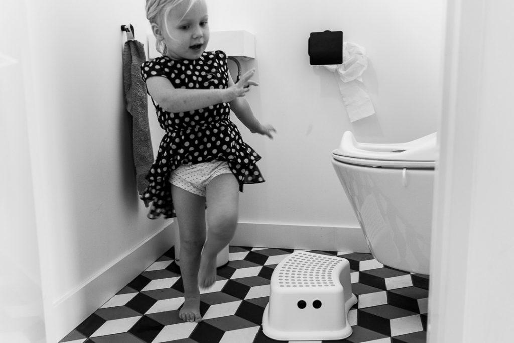 bimba che va al bagno da sola