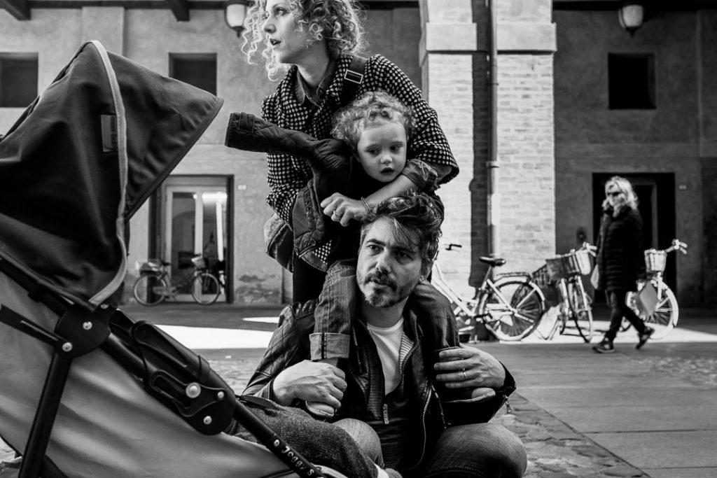 ritratto di famiglia durante una sessione di fotografia documentaria di famiglia